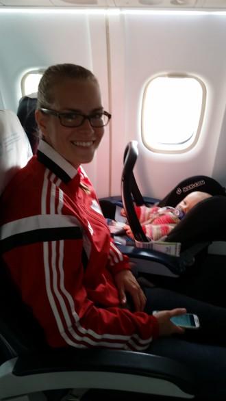 Kaikki hyvällä tuulella lennon aikana.