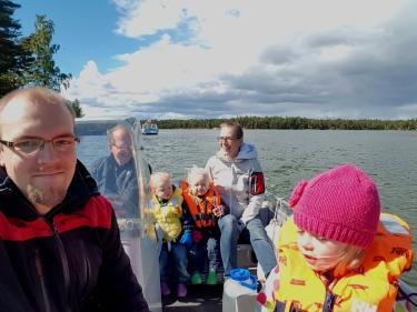 Siirtyminen saareen tehdään fofon veneellä, ja meillä ei lapset ole koskaan olleet peloissaan veneessä.