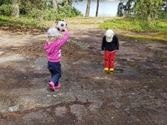 Isabellen keskittyminen herpaantui pallopelissä koska hän löysi vesilätäkön.