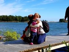 Se arkipäivän kohokohta kun äiti saapuu saareen.