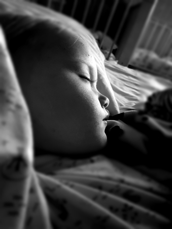 Öisin yni on maistunut. Tässä Eveline nukahti viereeni aamulla.