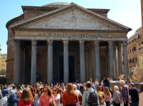 So many tourists in the square outside Pantheon.